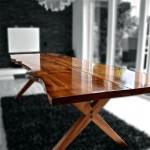 Egetræsbord med naturkanter og krydsben