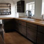 Massiv køkkenbordplade med udskæring til vask samt kogeplade
