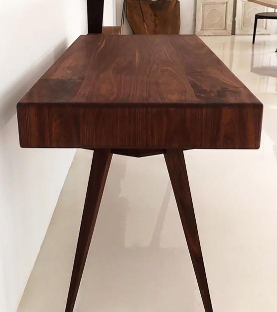 Skrivebord i træ